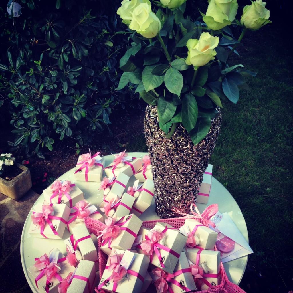 Rose bianche e Confetti Rosa!